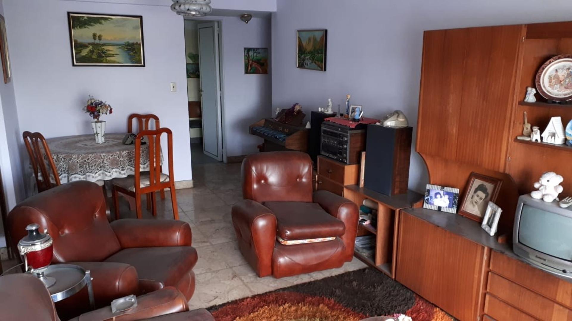 Amplio 3 ambientes con balcón al frente en Liniers.